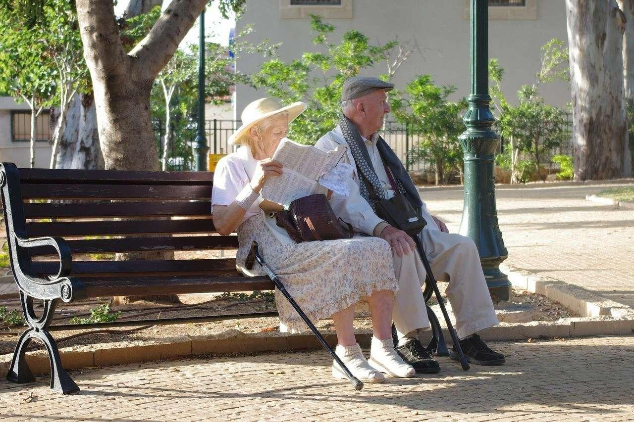 Mütterrente für Väter - Ein Seniorenpaar entspannt sich auf einer Parkbank