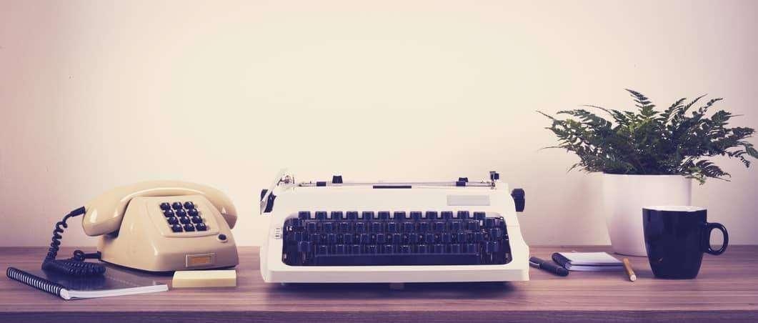 Alte Schreibmaschine und Tastentelefon symbolisieren den Pressebereich des Eltern-Onlinetrainings.