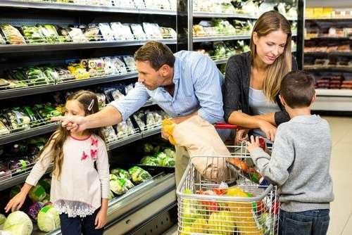 Familie im Supermarkt - auch hier findet Kindererziehung heute statt